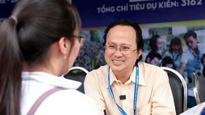 東方學系主任、華人教師胡明光向學生介紹招生活動。