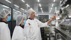 高肇力先生主理的亞洲餅家引進現代設備滿足新時期發展需求。