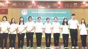 十名考取華文科優秀生合影。