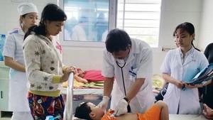 醫生在為患登革熱病童診斷。(圖源:阮行)