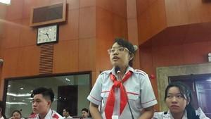 第六郡阮文良學校武玉水仙學生向市領導建議減輕老師們的壓力。(圖源:淮南)