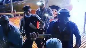 一夥歹徒手持長刀闖進阿T的咖啡店搗亂。(圖源:監控視頻截圖)