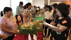 第十一郡華人婦女參加烹飪比賽。