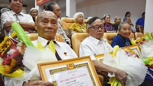 """今年""""五‧一九"""",新平郡黨部共有4位黨員榮獲70年黨齡紀念章。(圖源:光輝)"""