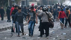 印尼大選結果公佈後,雅加達爆發大規模示威活動。圖為抗議者被拘留。(圖源:互聯網)