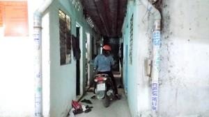 出租住房走廊狹小,但不少人還是騎車衝進去。