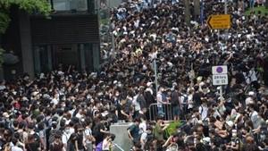 大批香港市民在添美道附近一帶聚集。(圖源:互聯網)