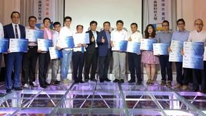 高雄科技大學副校長柯博昌頒發學生證給21位新生。