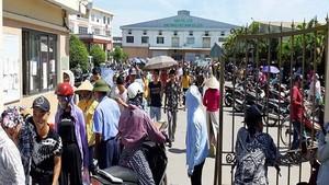 工人們聚集在 KaiYang 公司門口。(圖源:秋霞)
