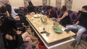 在樓上各貴賓室內,警察發現多名青年正與穿著性感的女招待員喝啤酒和高聲唱歌。(圖源:國勝)