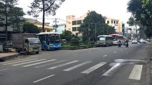不少客車日夜佔用街道作為存車場。