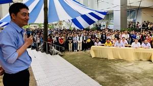 """市醫藥大學華人校長陳葉俊副教授、博士在""""新生開啟新里程盛會""""上發表講話。"""