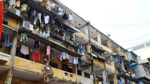 路經在露台上掛滿東西的公寓時,怎不教 路人心跳加速?