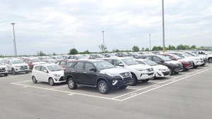 Cars waiting to be handed to buyers at a parking lot in Hiep Phuoc Industrial Park. (Photo: SGGP)