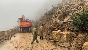 A landslide has blocked two way traffic in Highway 8A, Ha Tinh province since January 16 (Photo: SGGP)