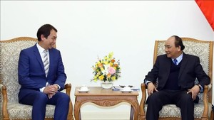 Prime Minister Nguyen Xuan Phuc (right) and President of the Singapore Manufacturing Federation  Douglas Foo (Photo: VNA)