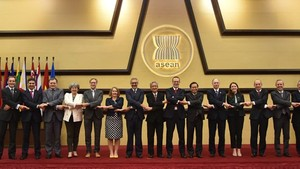 A photo of UK diplomats and ASEAN representatives (Photo: asean.org)