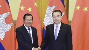 Chinese Premier Li Keqiang (R) holds talks with visiting Cambodian Prime Minister Samdech Techo Hun Sen in Beijing, China (Photo: Xinhua)