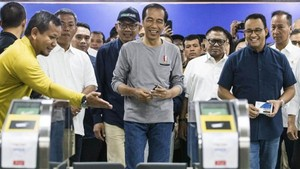 Indonesian President Joko Widodo (centre) checks the Mass Rapid Transit facilities with Jakarta's Governor Anies Baswedan (second from right) and ministers during the MRT inauguration ceremony in Jakarta, Indonesia, on March 24, 2019. (Photo: EPA-EFE)