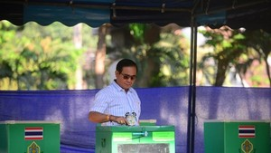 Thai Prime Minister Prayut Chan-o-cha casts his ballot at a polling station in Bangkok (Photo: VNA)