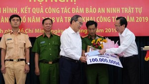 HCMC leaders award certificate of merit, flower and bonus to police agencies for busting a drug trafficking ring and seizing over 1.1 tons of meth (Photo: SGGP)