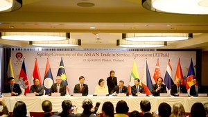 At the signing ceremony of the ASEAN Trade in Services Agreement (Photo: VNA)