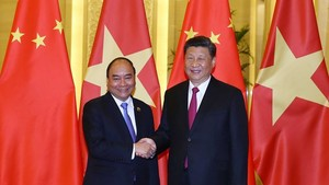 Prime Minister Nguyen Xuan Phuc (L) meets with General Secretary of the Communist Party of China and President of China Xi Jinping in Beijing on April 25 (Photo: VNA)