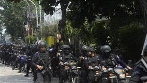 Indonesian police patrol Jakarta in May 22 (Photo: Xinhua/VNA)