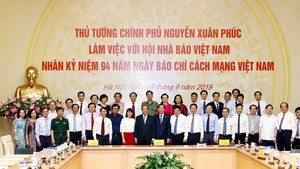 Prime Minister Nguyen Xuan Phuc on June 19 asked the press offices to manifest their core values of providing verified news and intensify the fight against fabrications as well as fake news. (Photo: VNA)