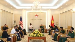 The meeting between Deputy Chief of the General Staff of the Vietnam People's Army Sen. Lt. Gen. Pham Ngoc Minh and US Senator Tammy Duckworth in Hanoi on August 20 (Photo: bienphong.com.vn)