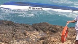 The tourist vessel flips near Devil's Tear cove, east of Bali island (Photo: news.detik.com)