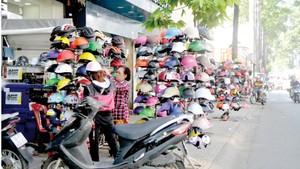 Buôn bán chiếm hết vỉa hè đường Nguyễn Trãi. Ảnh: THÀNH TRÍ