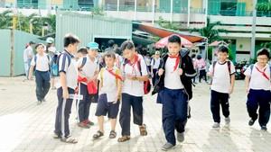 Học sinh Trường Tiểu học Bông Sao đi bộ về nhà. Ảnh: THÀNH TRÍ