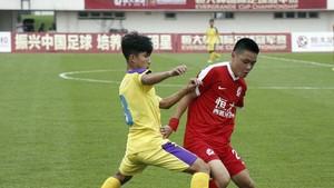 河內U17隊(淺色衣)1比0擊敗對手。