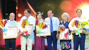"""有3個華人個人和集體獲獎,具體是華人畫家陳文海的水墨畫作品《合力》獲三等獎、柯達的攝影作品""""胡志明市蓬勃發展""""獲三等獎、市各少數民族文學藝術協會所屬書法分會《40年輝煌書法集》獲鼓勵獎◆"""