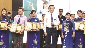 市教育與培訓廳長黎鴻山(右三 )向4位 華人教師頒獎。