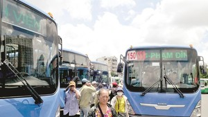 Reduction in CNG supply will seriously affect operation of buses in Ho Chi Minh City. (Photo: SGGP)