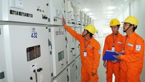 Electrical workers operate a substation to supply power for households. (Photo: SGGP)