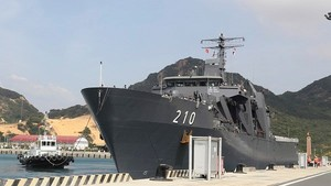 Singaporean naval ship  docked at Cam Ranh International Port (Source: dangcongsan.vn)