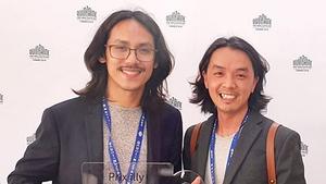 Director Pham Thien An (left) receives the ILLY Short Film Award. (Photo: CGV)