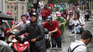 Serious flood in Hanoi after typhoon Talas