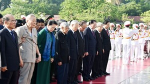 Party, State leaders visit the  mausoleum of  President Ho Chi Minh in Hanoi this morning