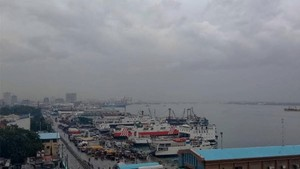Sea vessels are docked at the Cebu City port area on December 15 after they were barred from travelling because of bad weather (Source: www.philstar.com)