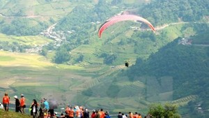 Paragliding performance at Khau Pha mountain pass (Photo: VNA)