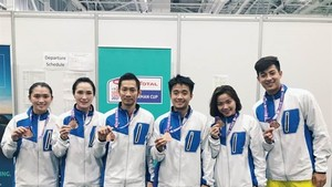 Winning smiles: Vietnamese players show their gold medals as the Group 2 victors at the Sudirman Cup in Australia on May 26. — Photo Nguyen Tien Minh facebook