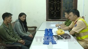 Giang Lao Lanh and Mua Y Mai (left) at the police station. (Photo: VNA)