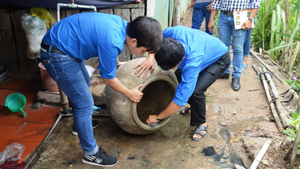People dispose of unwanted containers where water may gather (Photo: SGGP)