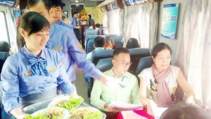 Railway staffs serve meals ( Photo: SGGP)