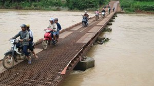 Ong Thieu Bridge in poor repair (Photo: SGGP)