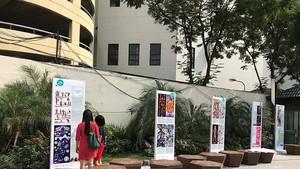 Visitors come to the exhibition in Hanoi (Photo: courtesy of British Council )